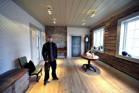 STOR GAVE: Kenneth Jensen viser stolt fra en av de restaurerte stuene i våningshuset på Rabekk gård, som er satt opp på eiendommen til Tune prestegård. Både bygningen, inventar og en pengesum fulgte med gaven.
