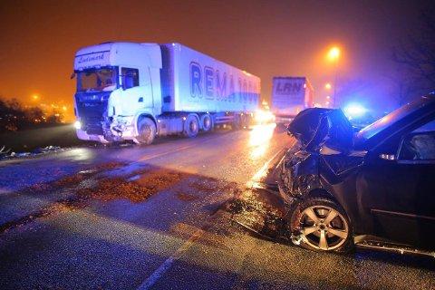 Personbilen er totalskadet etter sammenstøtet med lastebilen på riksvei 111 mandag morgen.