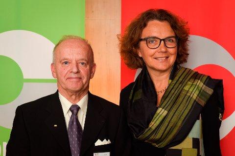 HEDRET: Bent Oddvar Stensrud (t.v.) har vært ansatt i Posten Norge i over 50 år. Det ble markert torsdag 12. oktober. Her sammen med konsernsjef Tone Willie.