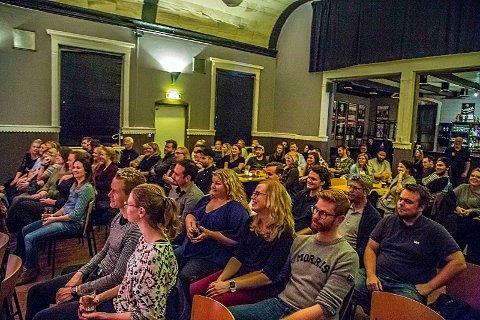 Fullt hus: Stand up-interessen er stor i Sarpsborg. Her fra et Standup Sarpsborg-arrangement i 2016 i Glenghuset.