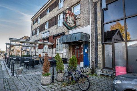 Nye Neptune Pub i Jernbanegata er ett av fem utesteder i Sarpsborg som viser TV-overføringen fra cupfinalefesten på Rockefeller på lørdag.