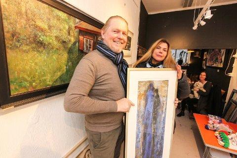 Hos Hos Anette: Jonny Andvik og Aud Irene Andersen er klare med utstillingen «Kitch & Angels», som åpner lørdag 2. desember. I bakgrunnen er gallerist Anette Ravneng.