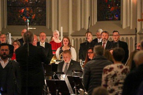"""SE, DE SYNGER: Sarpsborg Janitsjarkorps ledet an allsangen da julekonserten avsluttet med """"Deilig er jorden"""". Det ble opplyst at flere av musikantene måtte tørke en tåre eller to under a cappella-seansen."""