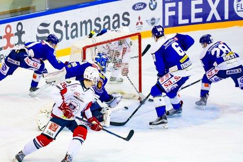ØKONOMISK KRISE: Lørenskog ishockeyklubb har varslet sine ansatte om permittering. Her et avgjørende øyeblikk fra en kamp mot Sparta tidligere denne sesongen .