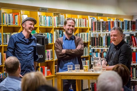 KUNSTNERMØTE: Ole Dørje (til høyre) jobber for å få Petter Hepsøs (i midten) bronsehund fra Soli Brug til Sarpsborg sentrum. Til venstre står kunstnerkollega Fredrik Raddum.