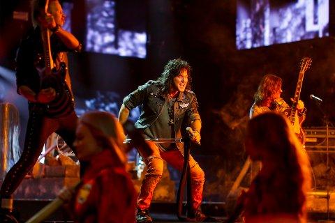 ANDREPLASS: Sarpingen Åge Sten Nilsen og bandet Ammunition framførte låten «Wrecking Crew» i Oslo Spektrum under Melodi Grand Prix-finalen lørdag kveld.