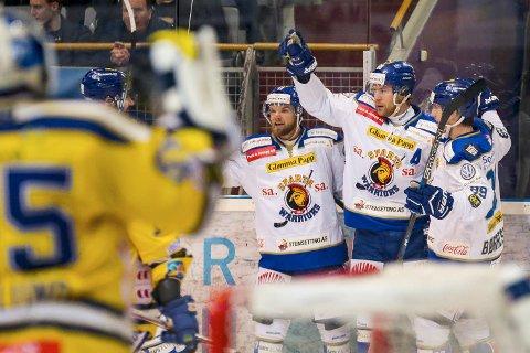 TILBAKE: Henrik Malmström er tilbake på Sparta-laget som møter Oilers i kveld. Sammen med Patrck Andre Bowim (til venstre) og Eirik Børrresen vil han utligne Oiles sin ledelse i semifinaleserien.