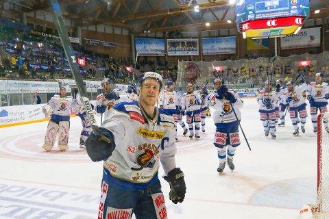 ENORM JUBEL: Niklas Roest og resten av spillerne jubler for seier og takker alle supporterne. FOTO: Thomas Andersen