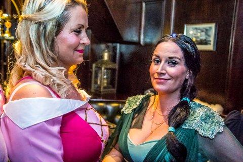 BURSDAGSBARN: Milleh Marie Nilsson (t.h.) feiret 31 år med en venninnegjeng på Neptune Nye Pub, før de gikk på filmen «Skjønnheten og udyret» på Sarpsborg kino fredag kveld.