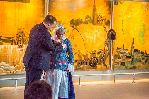FYLKESMANNEN: Wilsemedaljen ble delt ut av fylkesmannen i Østfold, Trond Rønningen (t.v.) søndag ettermiddag i Olavs hall.