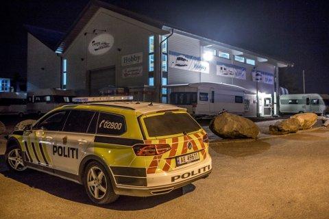 Politiet var på stedet lørdag kveld for å sikre spor etter et innbrudd hos Perrys caravan.
