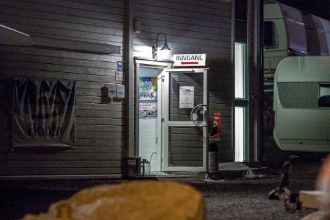 Innbruddstyvene har tatt seg inn gjennom denne døren i lokalene til Perrys caravan.