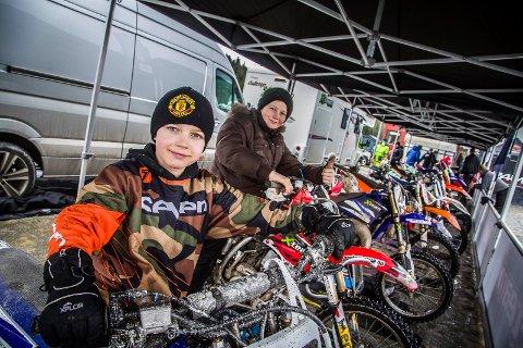 FERDIG: Kompisene Mikael Kind Andresen (10) og Anton Myrvold (10) fra Rømskog koste seg på enduroløp lørdag.