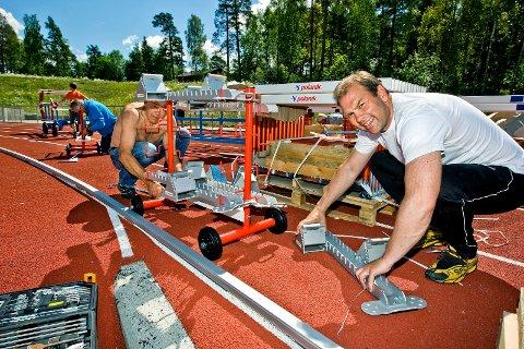 NEDTUR: Leder av Sarpsborg IL Friidrett, Henrik Biørnstad (t.h.), sier at at det var en nedtur å få høre nyheten om at det ikke blir noe av friidrettshallen på Kalnes. Bildet er fra da utstyret til friidrettsanlegget på Kalnes kom sommeren 2014.