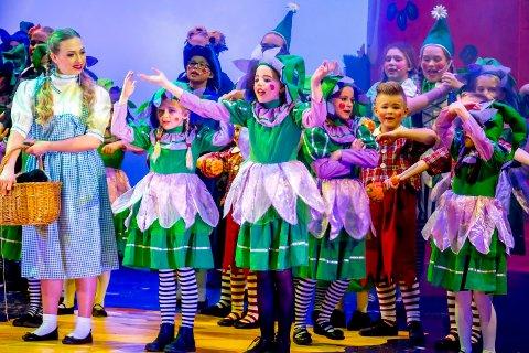Unge lovende: Unge og lovende elever fra Villekulla barne- og ungdomsteater under «Trollmannen fra Oz»-premièren i 2014. Mandag 22. mai er musikalspirene på plass på scenen i igjen.