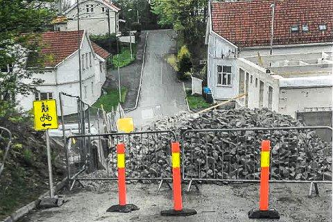 STENGT: Park & Anlegg hadde stengt av hele Elvegata med stein 16. mai. Det førte til en skarp reaksjon fra kommunen.