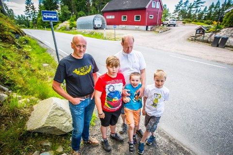 SENK FARTEN: Beboerne i Varteig ønsker redusert fartsgrense i Varteigveien. De påpeker for øvrig at enkelte bussholdeplasser kommer brått på, og at barna må vente i veikanten. Fra venstre: Trond Bjørnstad, Johannes (12), Anders  (6), Pål og Magnus Bergerud.