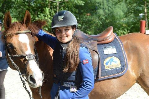 VANT: Sanne Sofie Høilund (16) og ponnien Maia Stengaard (7) ble i helgen norgesmestre i sprangridning i ponni kategori 1.