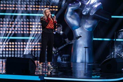PÅ SCENEN: Ingeborg L. Walther (17) legger ikke skjul på at hun elsker å synge, men hvordan det var å synge for The Voice-panelet kan hun ikke si noe om. – Det er bare til å følge med mandag 21. august, sier hun.