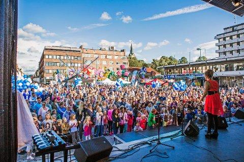 FOLKEFEST: Marit Bjørnland og Dag Erik Pedersen håper på tidenes folkefest på Sarpsborg torg i september.