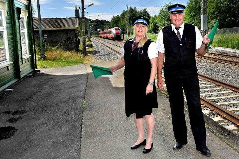 PÅ SPORET: Konduktørene Sandra Murberg (t.v.) og Trond Arild Hermansen her på nedlagte Skjeberg stasjon er igjen på sporet av et tog. Denne gangen går de på Sommertoget til NRK.