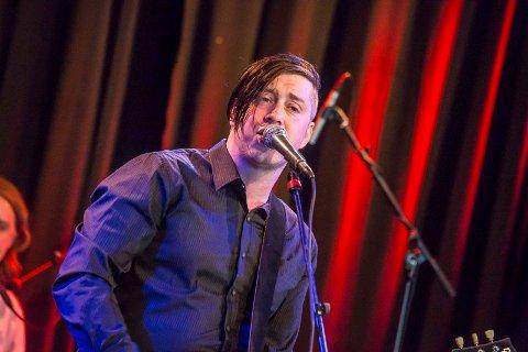 Til Bedemarten: Jonas Groth med band spiller på Bedemarten lørdag 19. august. Her er han på scenen i Glenghuset, med bandet Kosmorama i fjor.