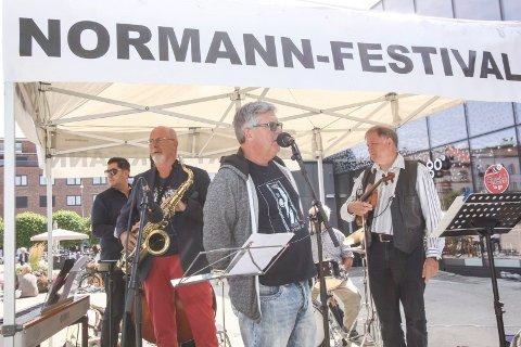 I gang: Bjarne Aaserød (foran) sparket i gang den niende utgaven av Robert Normann-festivalen torsdag formiddag. Her foran Carl Georg Abel-kvintett, som holdt lunsjkonsert.