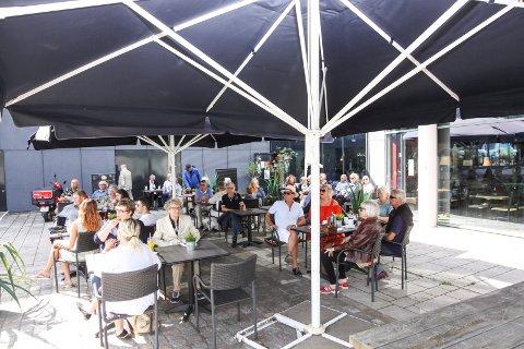 Jazz i godværet: Publikum, og finværet, fant veien til scenen på Torget torsdag formiddag.
