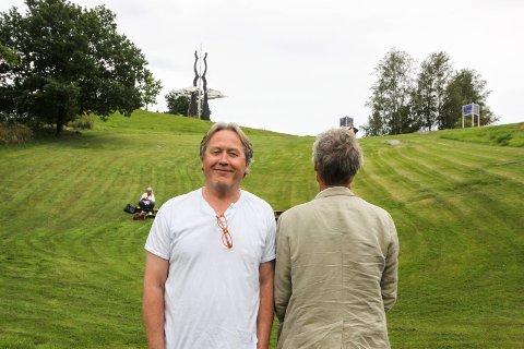 Flotte omgivelser: Regissør Kalle Solgård ønsker å framheve de fine omgivelsene ved Storedal kultursenter. I bakgrunnen sitter Torill Stokkan, som er blant initiativtagerne til å få satt opp stykket.