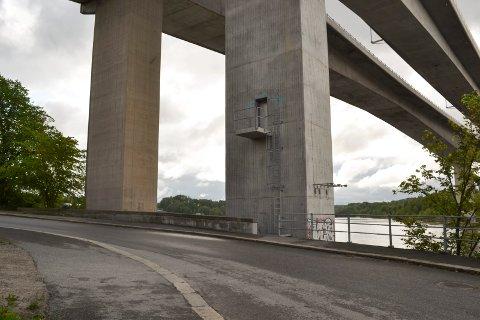 Tre menn er dømt til lengre fengselsstraffer for å ha mishandlet en mann i en bil, blant annet her ved Strandgata under Sandesundbrua, i oktober 2015. Voldsofferet ble blant annet truet med å bli kastet i elven.