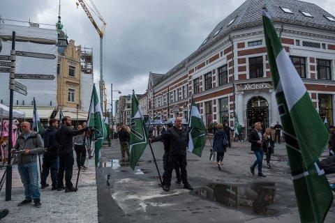 DEMONSTRERTE: Den nordiske motstandbevegelsen under demonstrasjonen i Kristiansand.