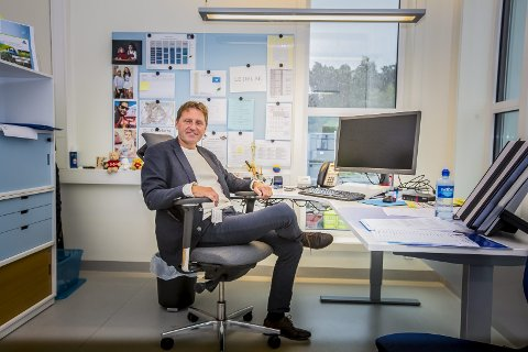 STRÅLER: Rektor Knut Raknerud Olsen ved Sandesundsveien skole er strålende fornøyd med at de har fått tildelt en halv million kroner i prosjektstøtte til Fargerik brobygging.