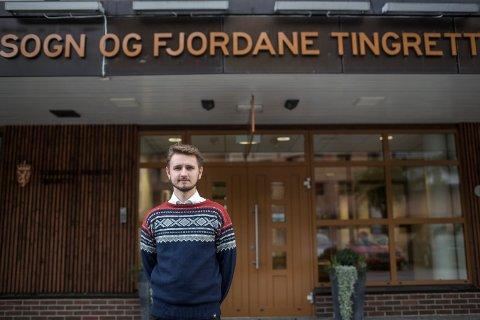 BOT: Freddy Øvstegård foran lokalene til Sogn og Fjordane tingrett i Førde, der han nylig sto tiltalt for sivil ulydighet. Tirsdag morgen fikk han dommen på 10.000 kroner i bot.
