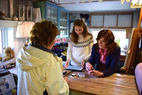 GÅRDSHANDEL: Bak disken hjelper Lise Olsen (t.v) og Mette Olsen Kilde (t.h) kundene som er innom butikken på Atelier Memo.