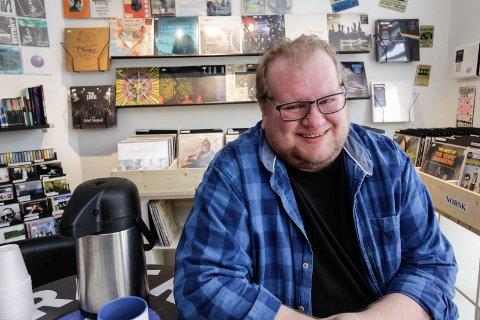 2.000 til varmestua: Patrick Arman Skramstad, innehaver av Retro Vinyl & CD, gir 2.000 kroner til Varmestua.
