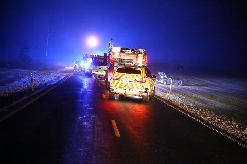 Alle nødetatene rykket ut etter melding om en ulykke på kommunedeleet mellom Rakkestad og Eidsberg søndag kveld.