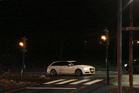 GULT: Trafikklysene blinker fremdelss gult i Borregaardsbakken.