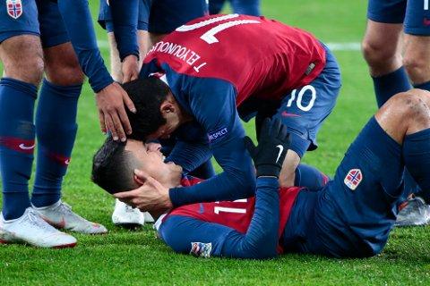 HÅPER PÅ MER JUBEL: To blad Elyounoussi jubler etter «Mois» scoring mot Bulgaria. Tarik Elyounoussi gratulerer Mohamed Elyounoussi (liggende).