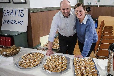 Kanelbollemestere:  Jørn og Vigdis Brandstorp hadde bakt 550 kanelboller som de delte ut gratis til publikum under datteren Ulrikkes julekonsert.