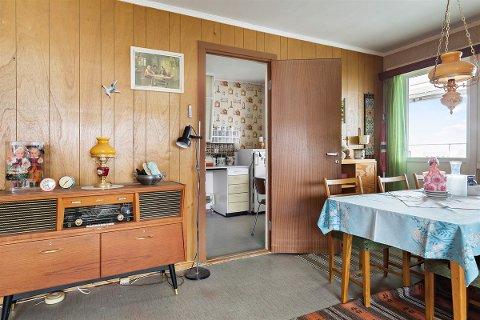 TIDSRIKTIG: Alt fra møbler til bilder og lamper vitner om hvilket tiår leiligheten ble innredet.