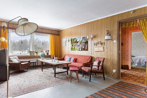 FRA 70-TALLET: Det er ingenting som tyder på at årstallet er 2018 i stua i leiligheten i Blessomveien. Alt er tidsriktig fra 70-tallet.