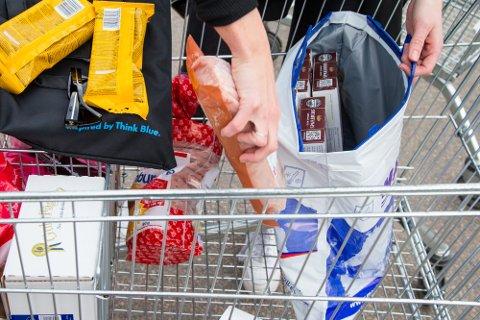 Kjøtt lastes fra handlevognen og inn i bilen på Nordby Shoppingcenter like utenfor Svinesund. Nordmenn benytter seg av lave priser og stort utvalg av mat og varer på skjærtorsdag i Sverige.