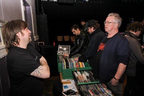 Etterlengtet tilbud: Jonas Groth (til venstre) i prat med platekjøper Bjørn Rildå, som setter stor pris på at Sarpsborg nå har fått en egen platemesse.