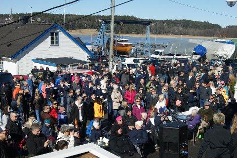 Det var mye folk under søndagens åpning av Isi Bar på Høysand.