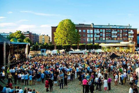 TORGFEST: Flere besøker Sarpsborg sentrum, viser statistikken fra basestasjonene lagt frem av iSarpsborg. Byselskapet mener festuka i juni i fjor ble en suksess, og bidro sterkt til veksten i sentrum.
