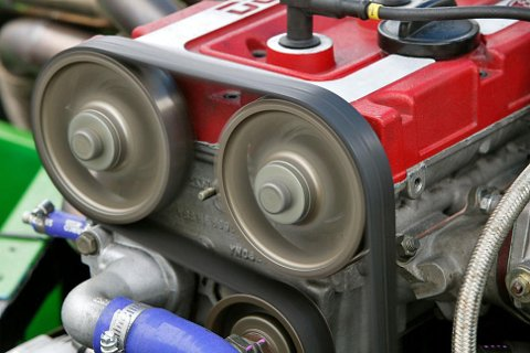 Registerreimen er en gummireim med tenner som driver bilens kamaksel. Ikke glem å bytte den.