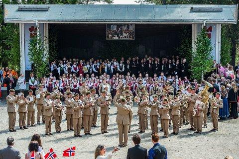 Med uniform: Sarpsborg janitsjarkorps i Kulåsparken på 17. mai i 2014. Fra den gangen de spilte i uniform. Nå er det startet en spleisaksjon til inntekt for nye uniformer.