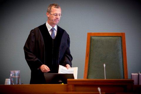 Tingrettsdommer Sverre S. Aarmo i Sarpsborg tingrett  beslår fast at den 29 år gamle kvinnen har opptrådt uaktsomt i forbindelse med at hennes eksmann begikk flere bedragerier ved å benytte hennes BankID. Nå er kvinnen dømt til å betale 270.000 kroner i erstatning til en av bankene som hennes eksmann er dømt for å ha svindlet.