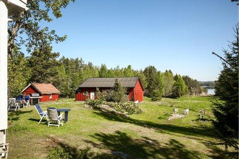 SOMMERIDYLL: Eiendommen i Skjeberg har en 800 meter lang strandlinje.