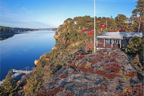 Denne hytta har en terrasse og en brygge som er ulovlig, i følge kommunen.